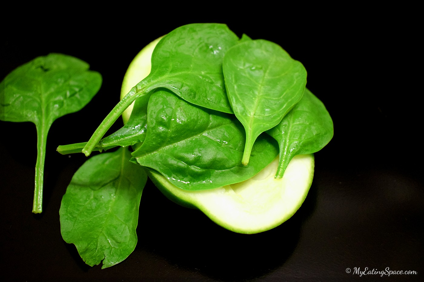 Flat leaf spinach is tender, smooth and mildly sweet. They are eaten raw in salads and smoothies and cooked in soups. They are good as baby foods.